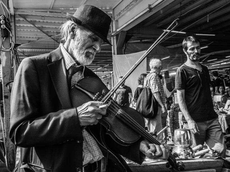 Tune on an old fiddle