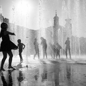 children play in the fountain